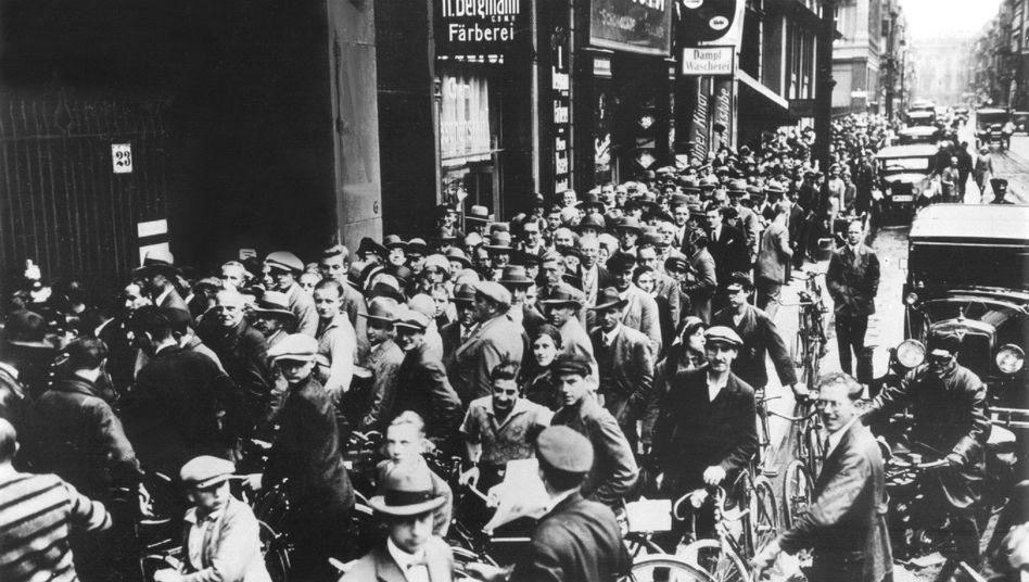 Berlin 1931: Tausende Menschen warten vor dem Postscheckamt, um ihr Geld abzuheben