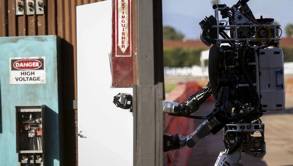 """Der Roboter """"Helios"""" von Boston Dynamics öffnet 2015 eine Tür"""