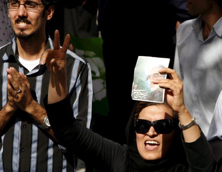 Protest in Teheran: Eine Frau demonstriert für den unterlegenen Mussawi