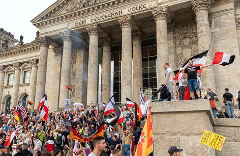 Teilnehmer einer Demo gegen die Anti-Corona-Maßnahmen auf der Reichstagstreppe in Berlin (Ende August 2020)