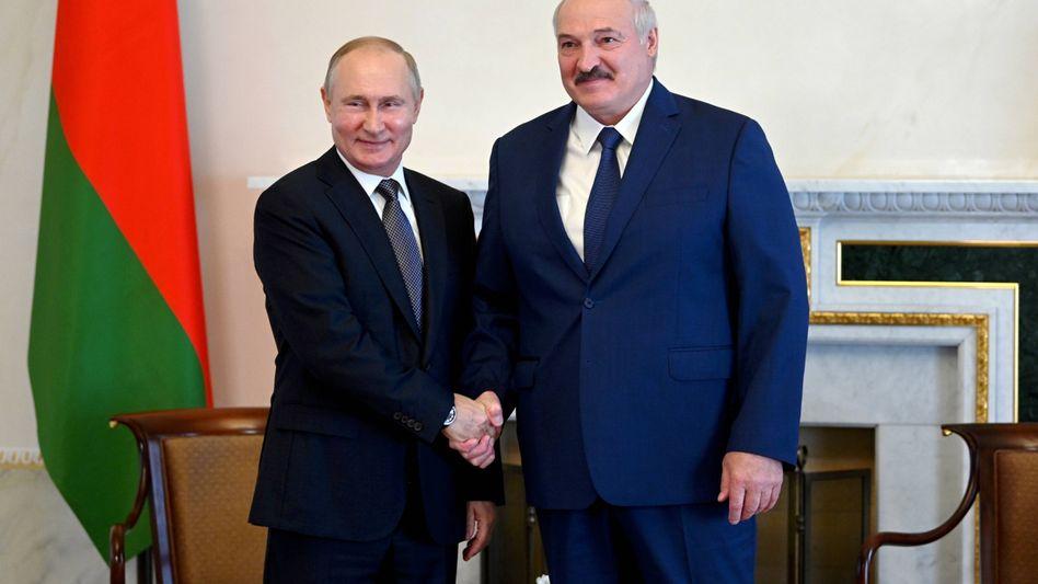 Wladimir Putin und Alexander Lukaschenko (im Juli): Immer wieder Unterstützung zugesichert