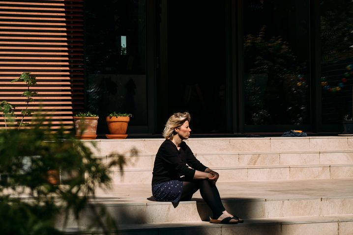 Ina Salewski vor ihrem Haus