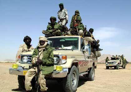 Soldaten im Tschad: Hunderttausende Flüchtlinge haben sich an der Grenze zum Sudan gesammelt