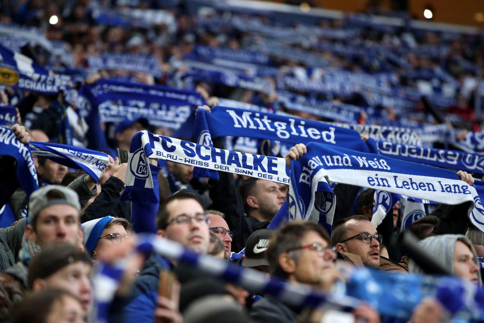 Fans des FC Schalke 04 beim BL-Spiel (Saison 2019/20) FC Schalke 04 - Club Freiburg. Copyright: Thomas Pakusch *** Fans