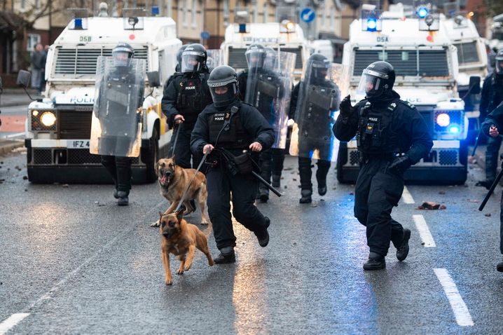 Polizisten in Belfast: Die Gewalt eskaliert seit Tagen