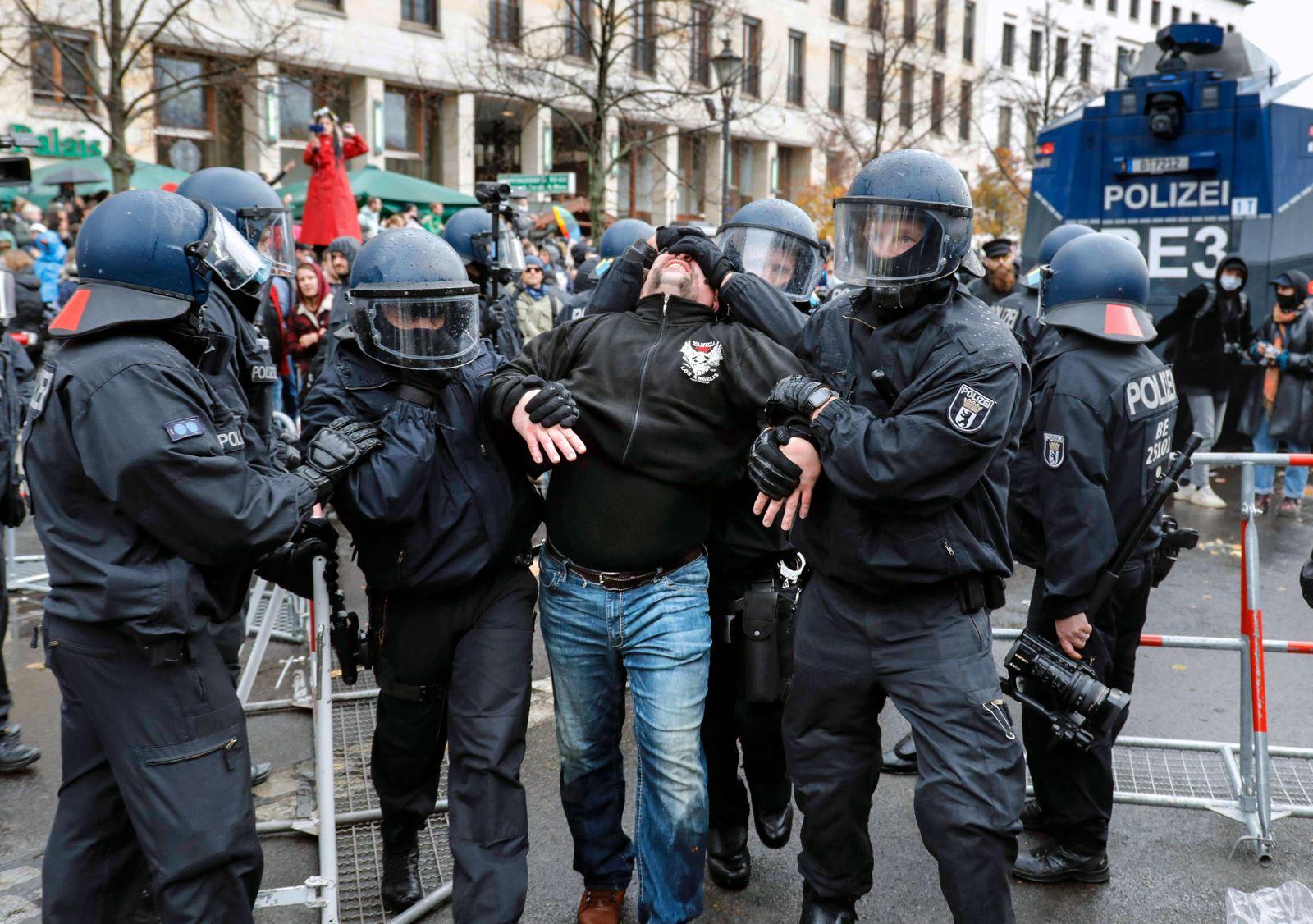 Demonstration Gegner der Corona Maßnahmen Berlin, DEU, 18.04.2020 - Festnahme eines Demonstranten waherend einer Corona