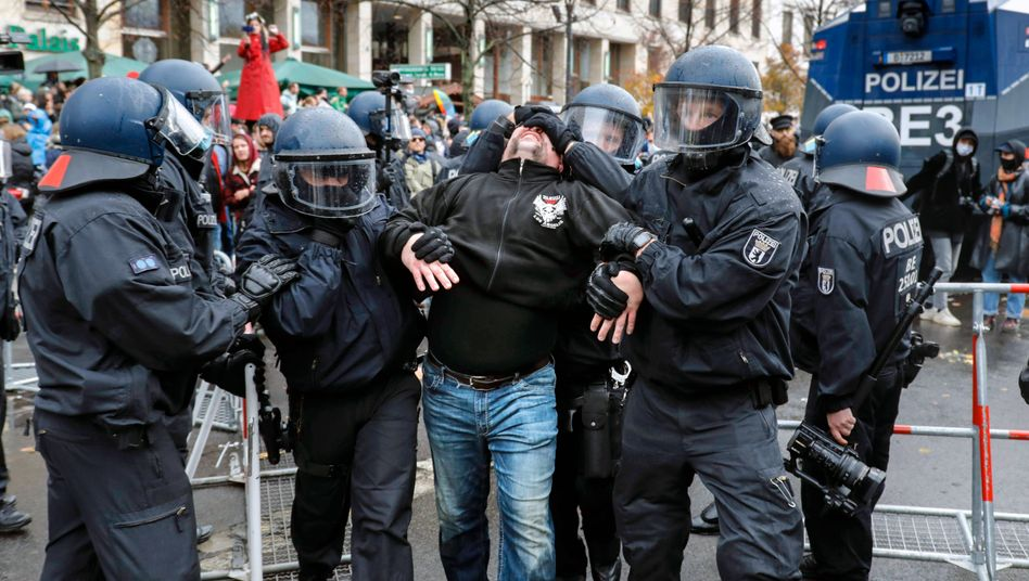 Festnahme bei einer Demonstration von Gegnern der Corona-Maßnahmen am Brandenburger Tor: »So was haben wir in Berlin seit Jahrzehnten nicht erlebt«