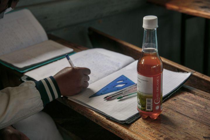 Eine Flasche von Covid Organics: Der Präsident von Madagaskar Andry Rajoelina empfahl das Getränk als Medikament gegen Covid-19.