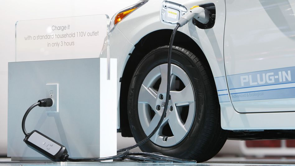 Hybridauto an Zapfsäule: Höhere Fuhrpark-Preise veranschlagt