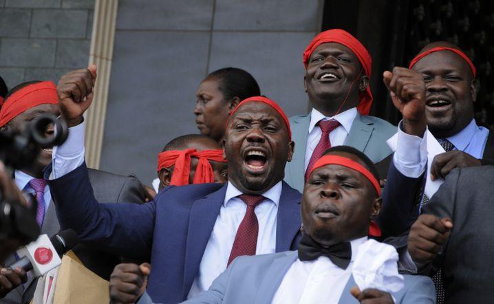 Abgeordnete in Uganda, die gegen eine Abschaffung des Alterslimits protestieren