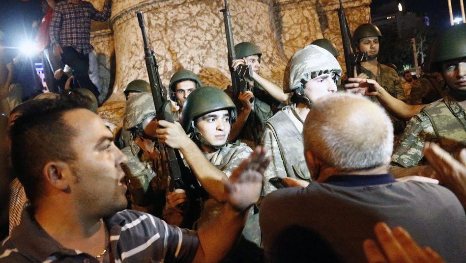 Türkische Soldaten auf dem Taksim-Platz