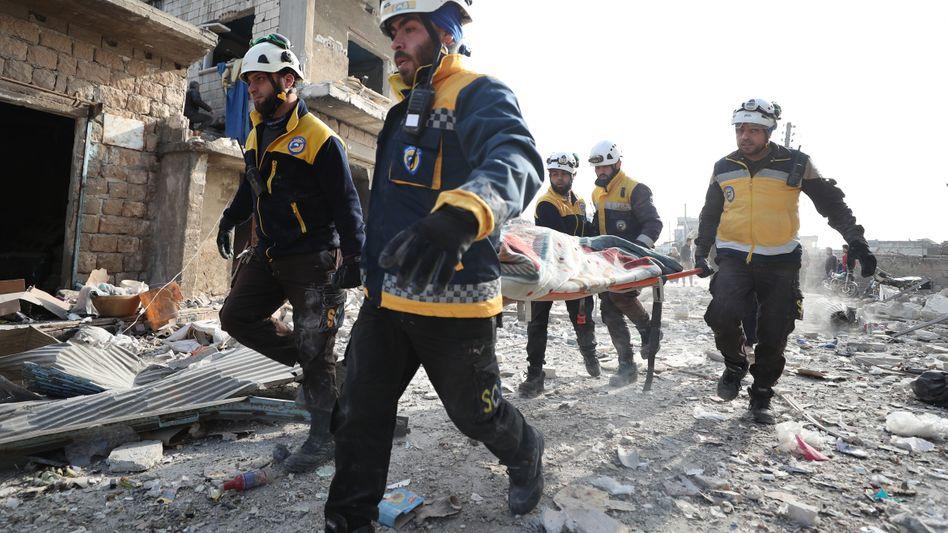 Weißhelme bergen in der syrischen Stadt Al-Bara ein Opfer eines Luftangriffs