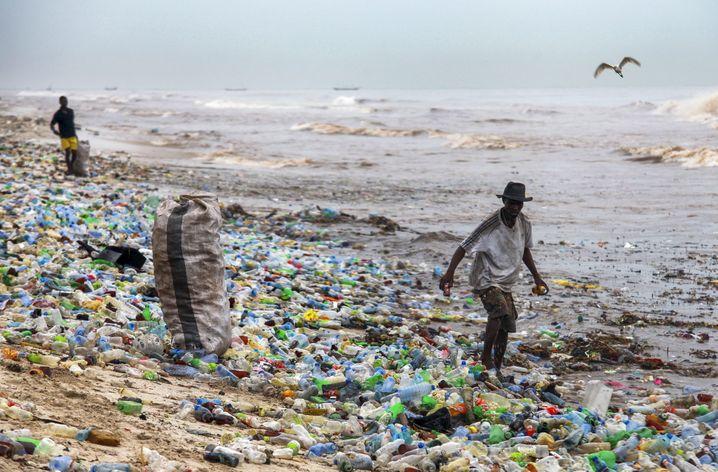 ARCHIV - 13.06.2016, Ghana, Accra: Ein Mann sammelt verwertbares Material am verschmutzten Korle Gono Strand. Die EU-Kommission will einige Alltagsgegenstände aus Plastik verbannen, um die Umwelt besser zu schützen. (zu dpa «Plastikgeschirr ade? Wie die EU den Müll im Meer eindämmen will» vom 28.05.2018) Foto: Christian Thompson/EPA/dpa +++(c) dpa - Bildfunk+++  