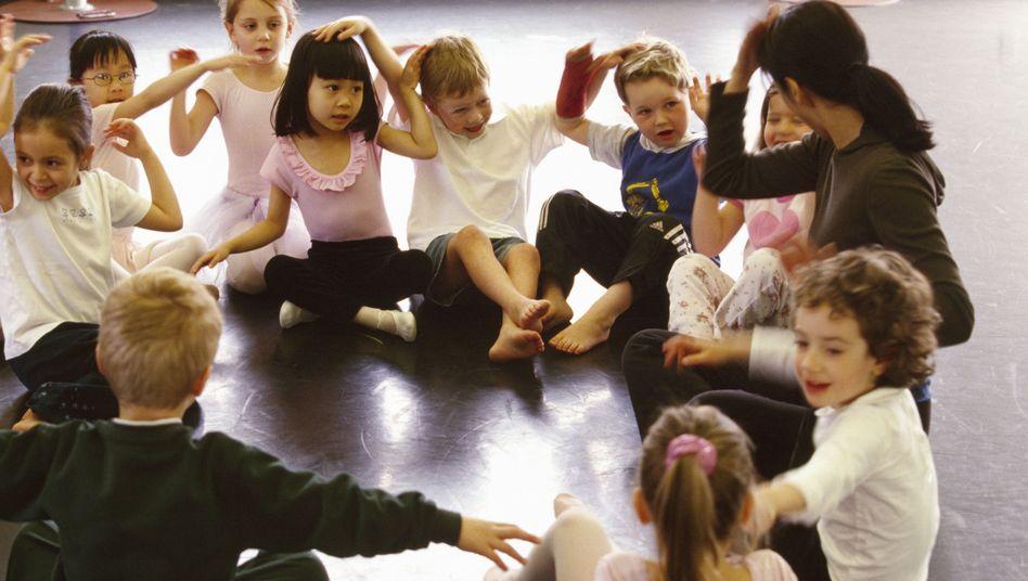 Spielkreis: Kinder ziehen es vor, von Erwachsenen zu lernen