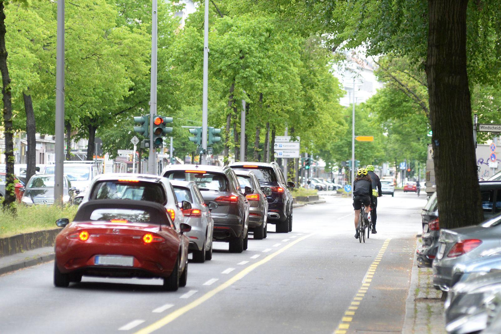 Berlin, Charlottenburg- auf 3,6 km entsteht auf der Kantstr.der bislang l?ngste Pop-Up-Radweg zum Schutz der Radfahrer