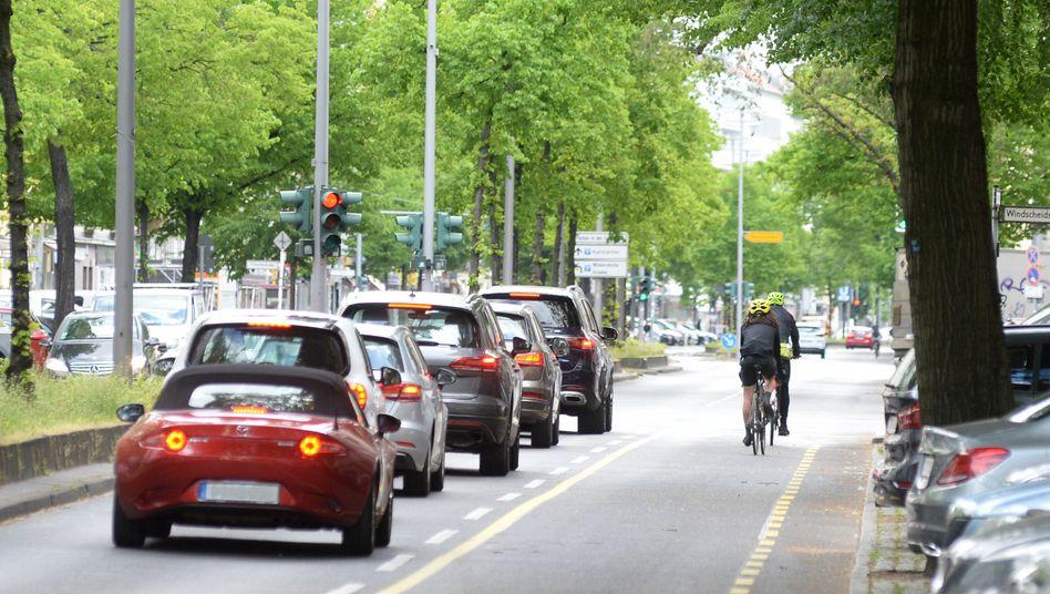 Auf 3,6 km entstand auf der Kantstraße im Berliner Stadtteil Charlottenburg ein Pop-up-Radweg zum Schutz der Radfahrer