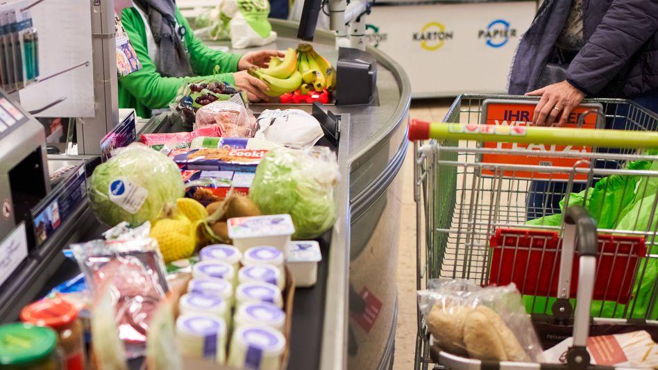 """Supermarktkunden beim Einkauf: """"Wahre Preise"""" bis zu dreimal so hoch"""