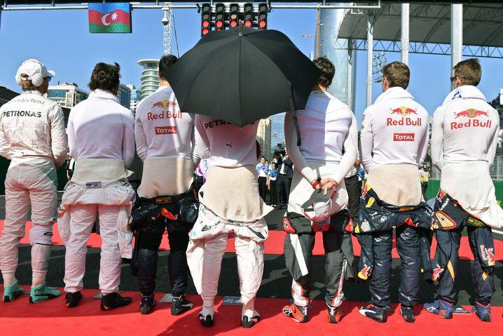Die Rennfahrer, Hamilton mit Schirm