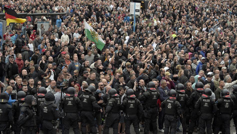 Polizisten, Demonstranten in Chemnitz (27. August)