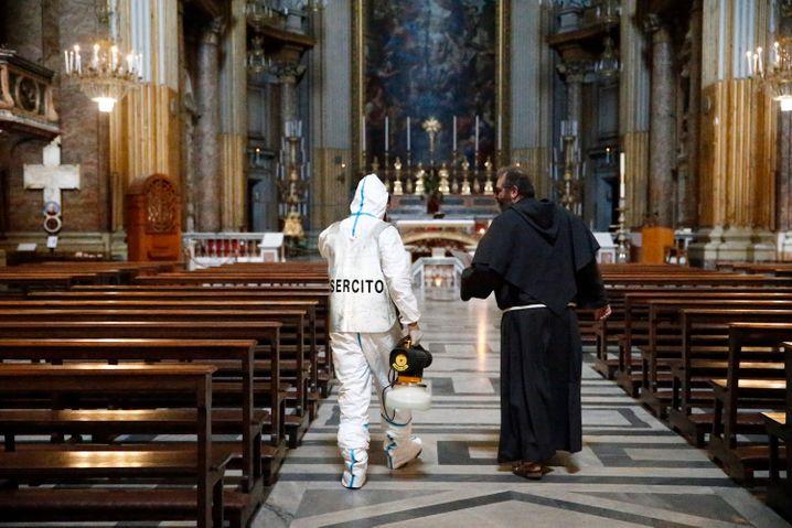 Ein Spezialist der italienischen Armee spricht mit einem Priester: Die Kirchen in Italien dürfen ab 18. Mai wieder Gottesdienste mit Gläubigen feiern