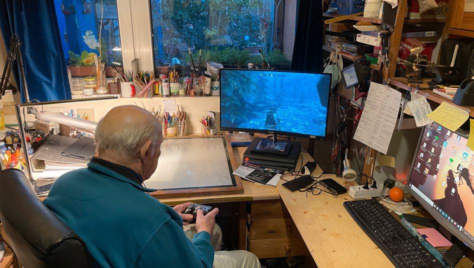 Klaus-Jürgen Langner mit seiner Playstation 4: Er hat schon den Klassiker »Morrowind« gespielt