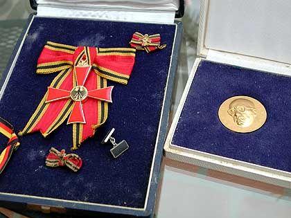 Bundesverdienstkreuz von Marta und Nationalorden der DDR von Lion Feuchtwanger: Mischung aus Charme und Schauer