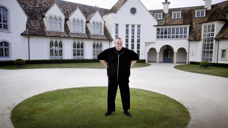 Millionär Dotcom vor seiner Villa bei Auckland
