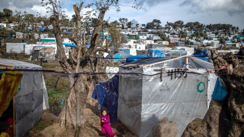 Ein Kind spielt in einem provisorischen Zeltlager in der Nähe des Camps für Migranten in Moria (Archivbild aus dem Februar 2020)