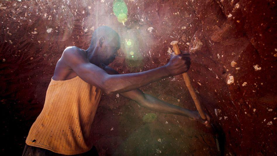 Ein Bergarbeiter sucht in den Abfällen einer Mine im Kongo nach nutzbarem Kobalt