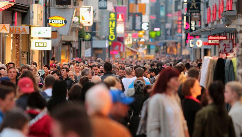Menschenmenge in Köln: Im Schnitt hat jeder Deutsche eine Lebensversicherung