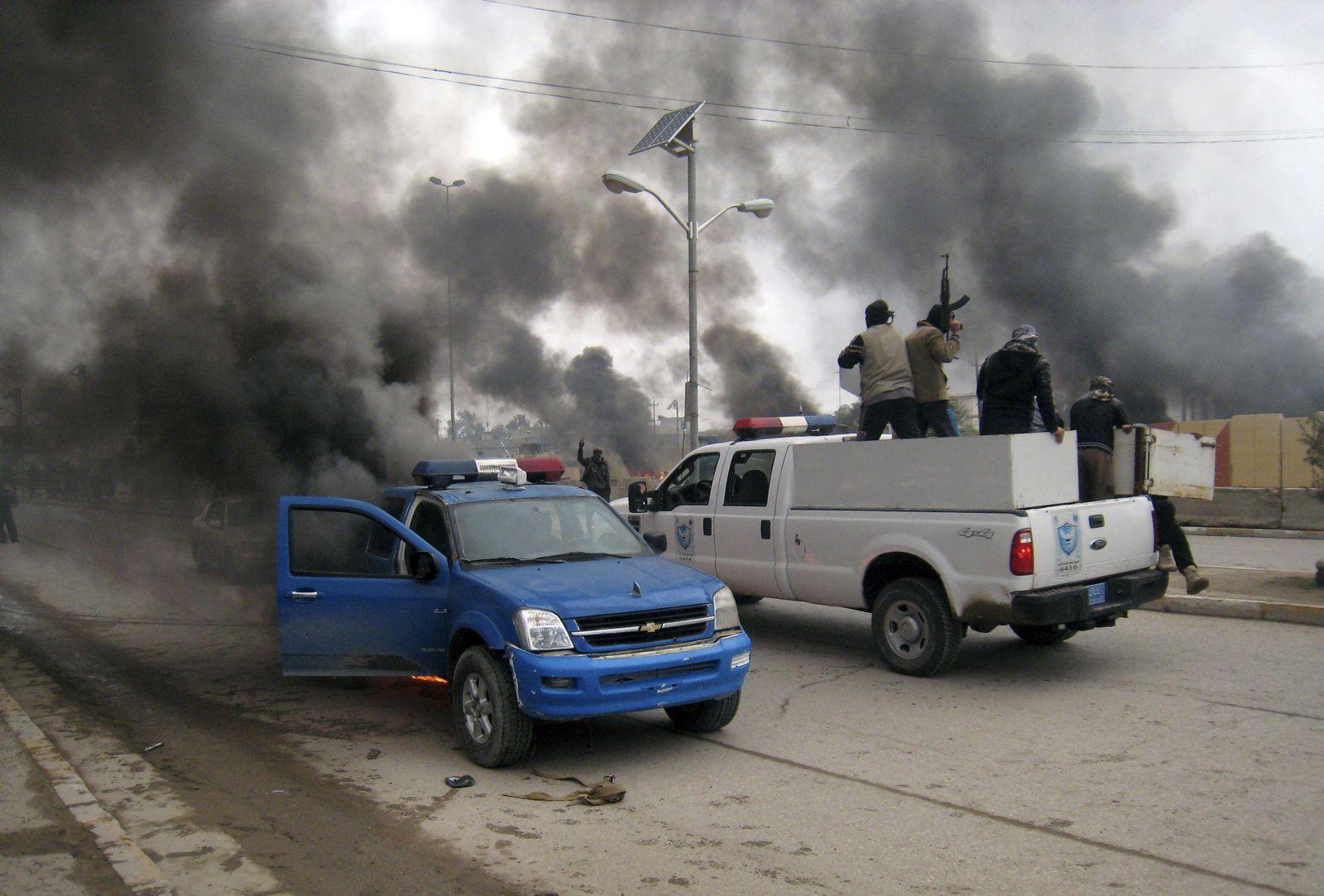 irak rebellen brennendes polizeiauto
