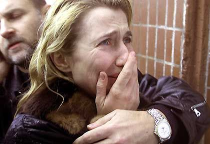Vor einer Moskauer Klinik: Den Angehörigen wird der Zutritt verweigert