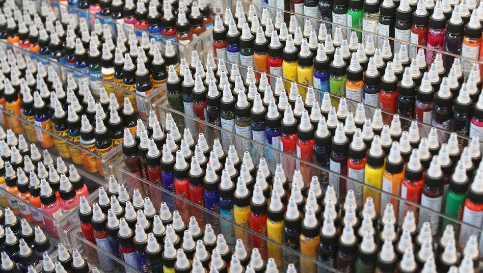 Regal mit Tattoo-Farben auf der London Tattoo Convention (2013): Schön bunt, aber mitunter potenziell krebserregend