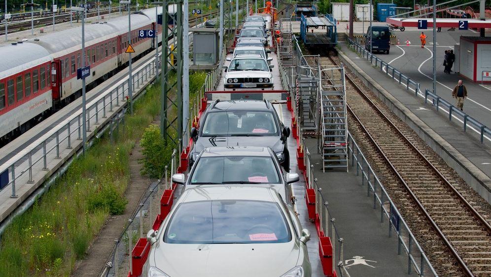 Reisen einer anderen Ära: Bahnfahrt mit Auto