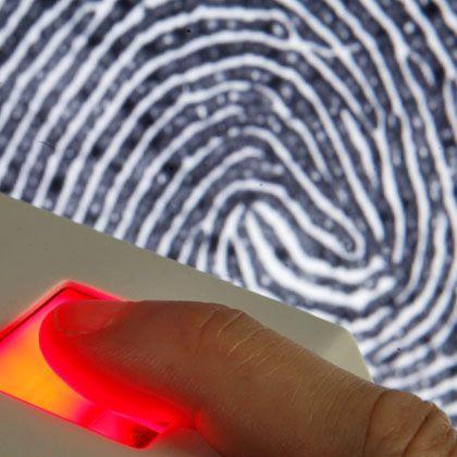 Gescannter Fingerabdruck: Die Bundesregierung will den elektronischen Personalausweis einführen