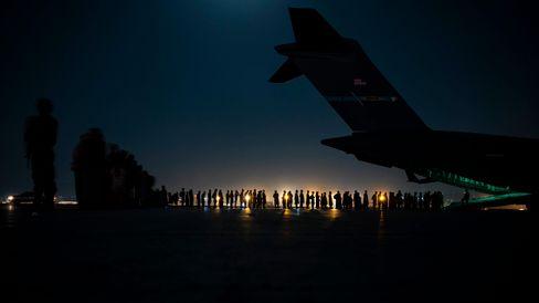 Flughafen Kabul: Menschen beim Besteigen eines Fliegers, der sie außer Landes bringen soll