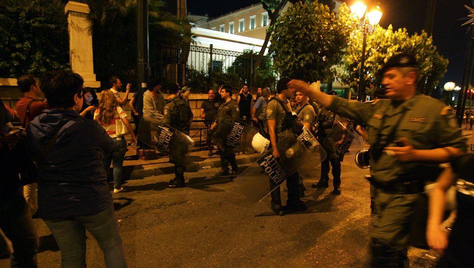 Polizisten versuchen am Mittwoch Demonstranten in Athen zurückzudrängen