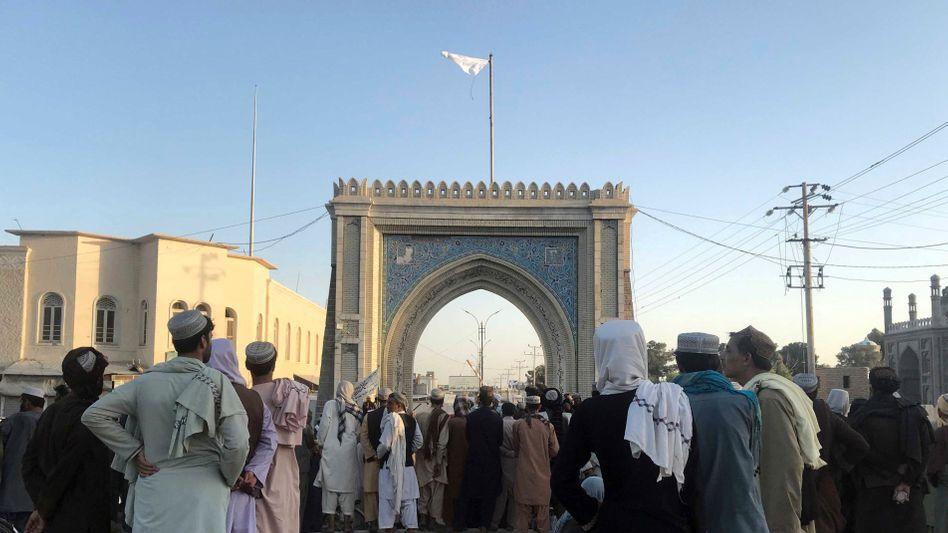 In der afghanischen Stadt Kandahar haben Taliban ihre Flagge gehisst