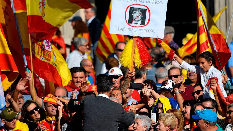 Demonstranten in Madrid mit Anti-Puigdemont-Plakat