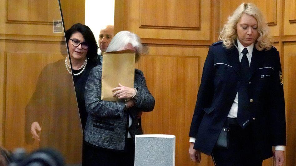 Die 70-Jährige betritt den Gerichtssaal (Archivbild)