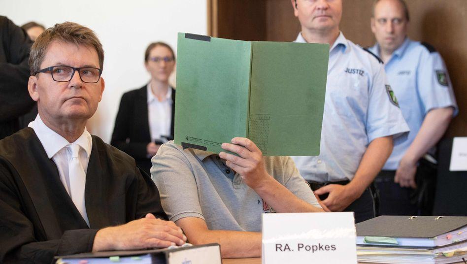 Angeklagter Andreas V. mit seinem Anwalt im Landgericht Detmold