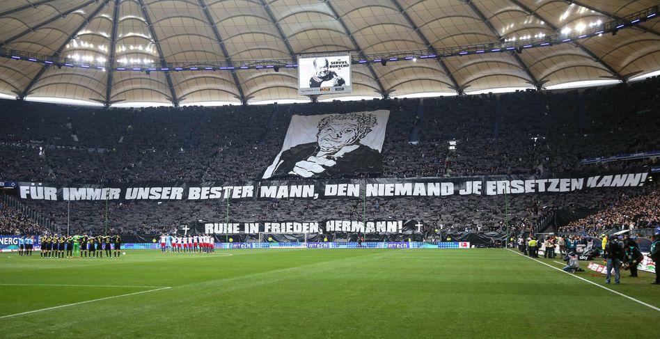 HSV-Fans vor dem Spiel gegen Dortmund: Choreographie für Masseur Rieger