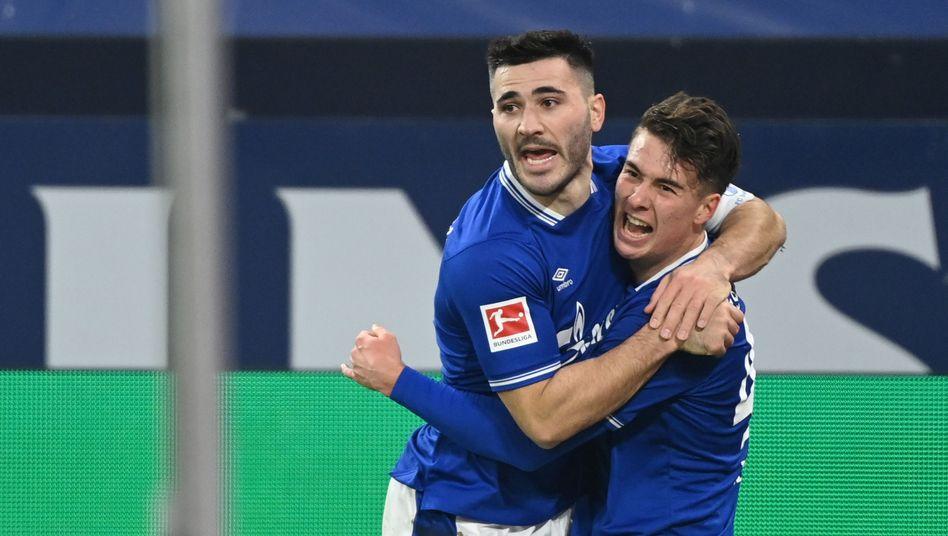 Dreifachtorschütze Matthew Hoppe (r.) und der neue Schalker Kapitän Sead Kolasinac