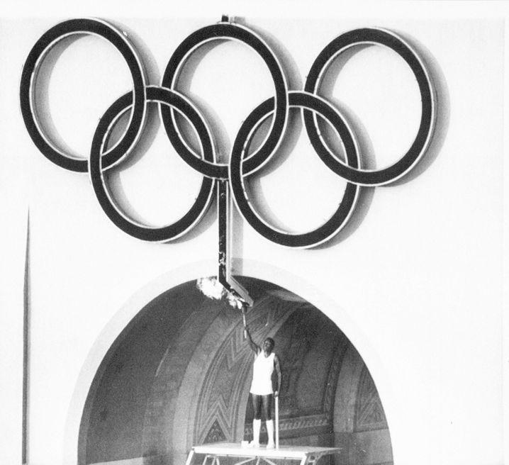 Rafer Johnson entfacht das olympische Feuer 1984