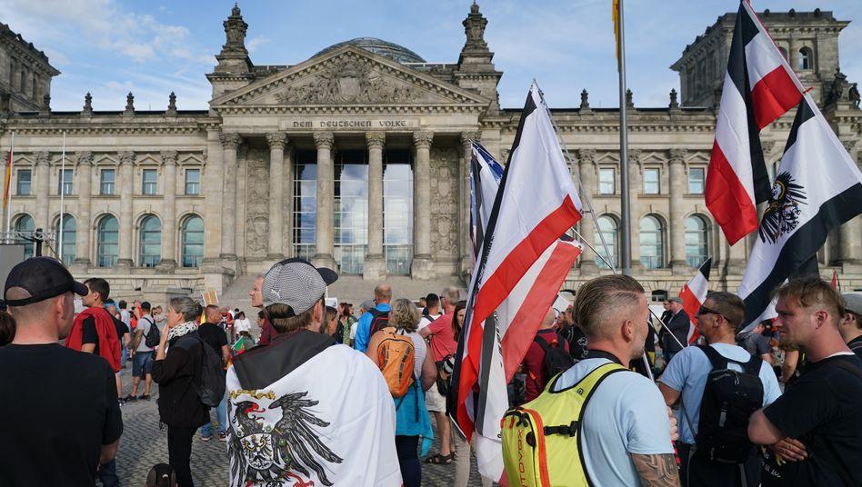 Rechtsextreme mit Reichsfahnen vor dem Sitz des Bundestags