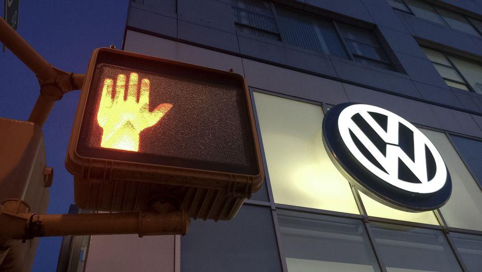 Rote Ampel neben Volkswagen-Logo: Vorwurf der mangelnden Kooperation
