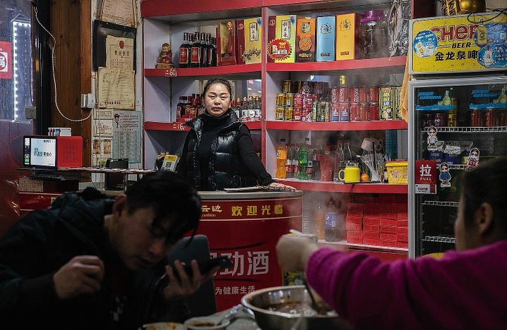 """Restaurant owner Yang Xiu in Wuhan: """"Good for business but bad for the epidemic"""""""