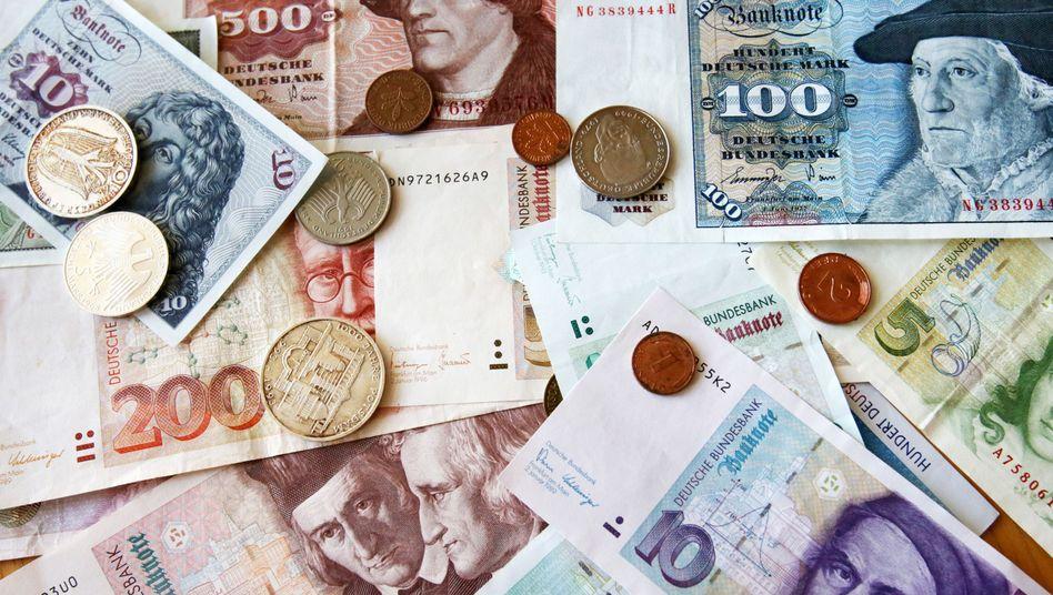 Geldscheine und Münzen: Laut Bundesbank besitzen die Bürger noch D-Mark im Milliardenwert