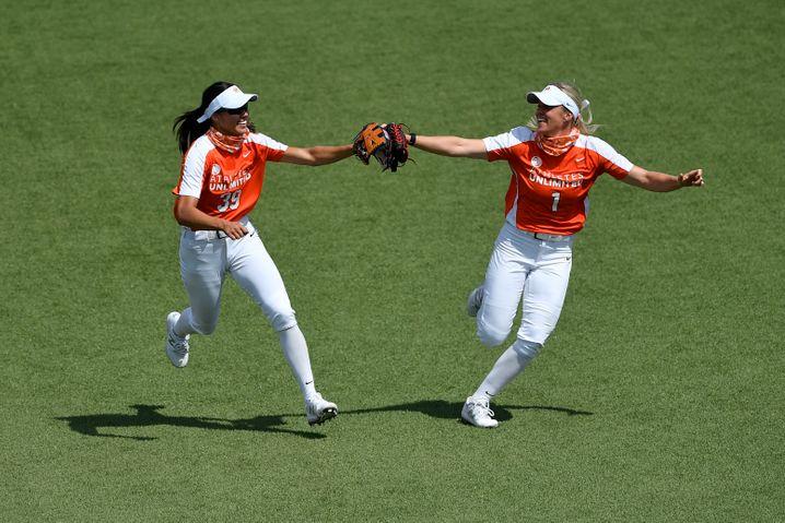 Die jeweils vier besten Spielerinnen der Woche stellen sich selbst das Team zusammen. Hier zu sehen: Janie Reed (l.) und Victoria Hayward