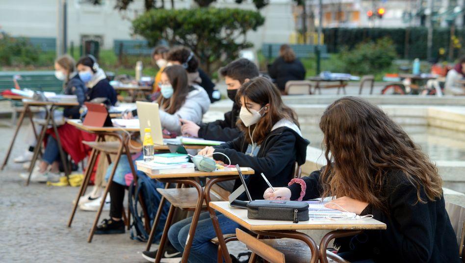 Schülerinnen und Schüler lernen in Mailand unter freiem Himmel (Archiv)